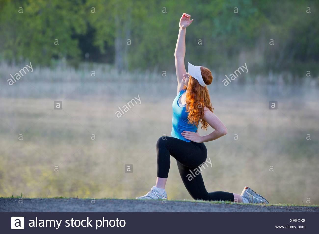 Adolescente en ropa deportiva estiramientos Imagen De Stock