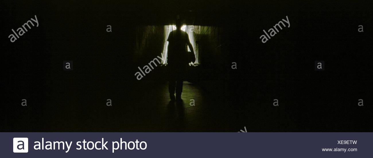 Silueta persona en cuarto oscuro Imagen De Stock