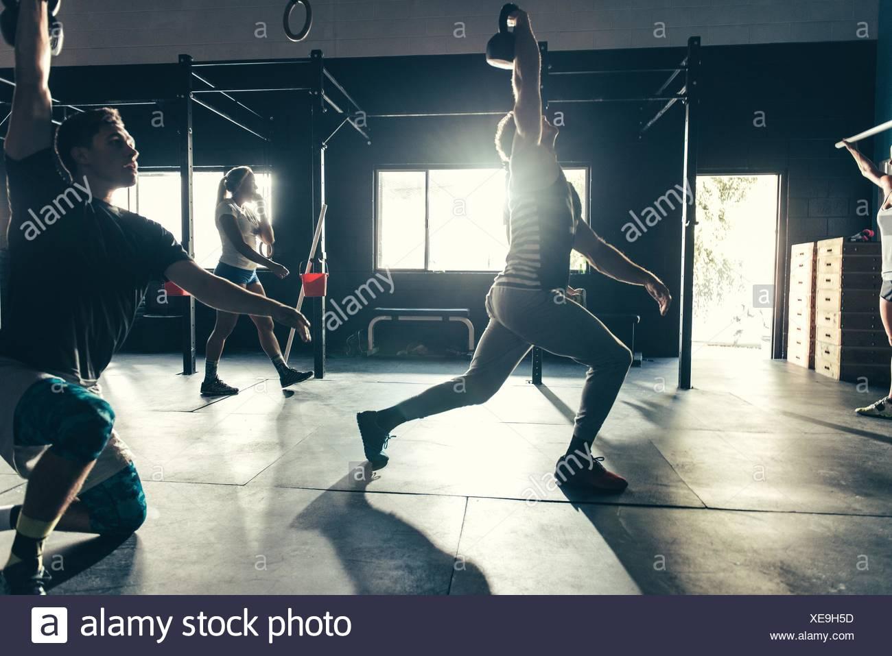 Las personas con entrenamiento en el gimnasio kettlebell Imagen De Stock