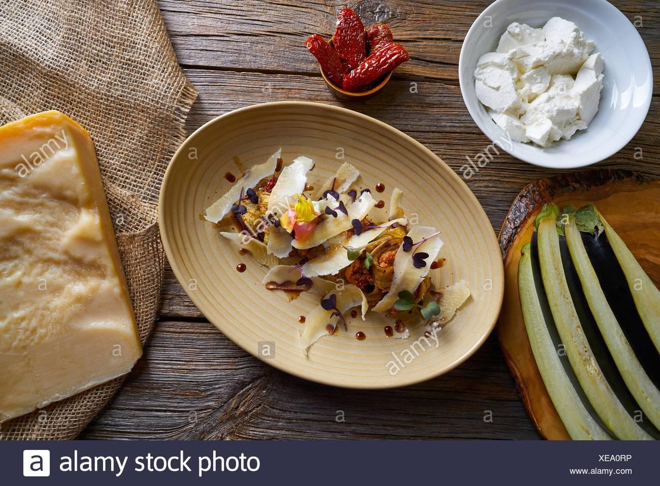 La berenjena y queso receta comida italiana en la mesa de madera. Imagen De Stock