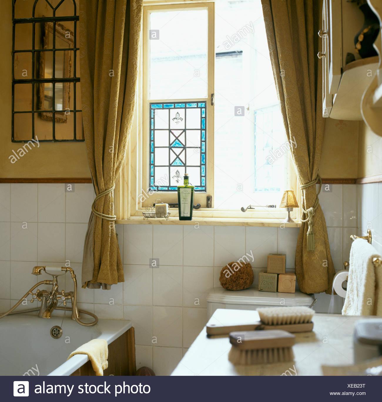 Pa s ba o con vidrieras de colores en la ventana panel de azulejos blancos y en la pared encima - Alicatar encima de azulejos ...