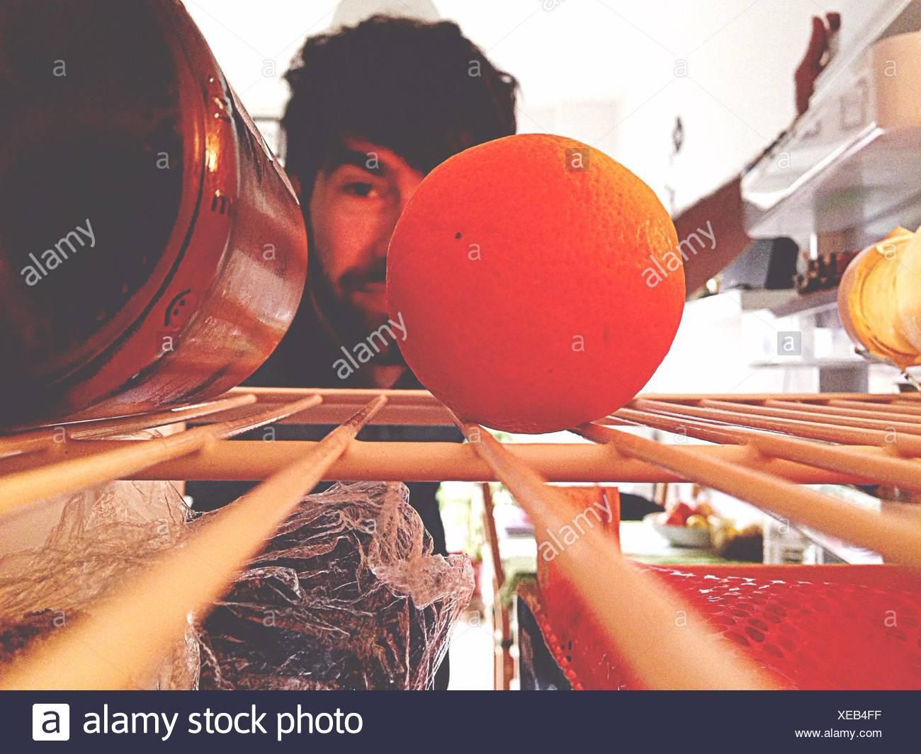 Mitad hombre adulto buscar algo en el refrigerador Imagen De Stock