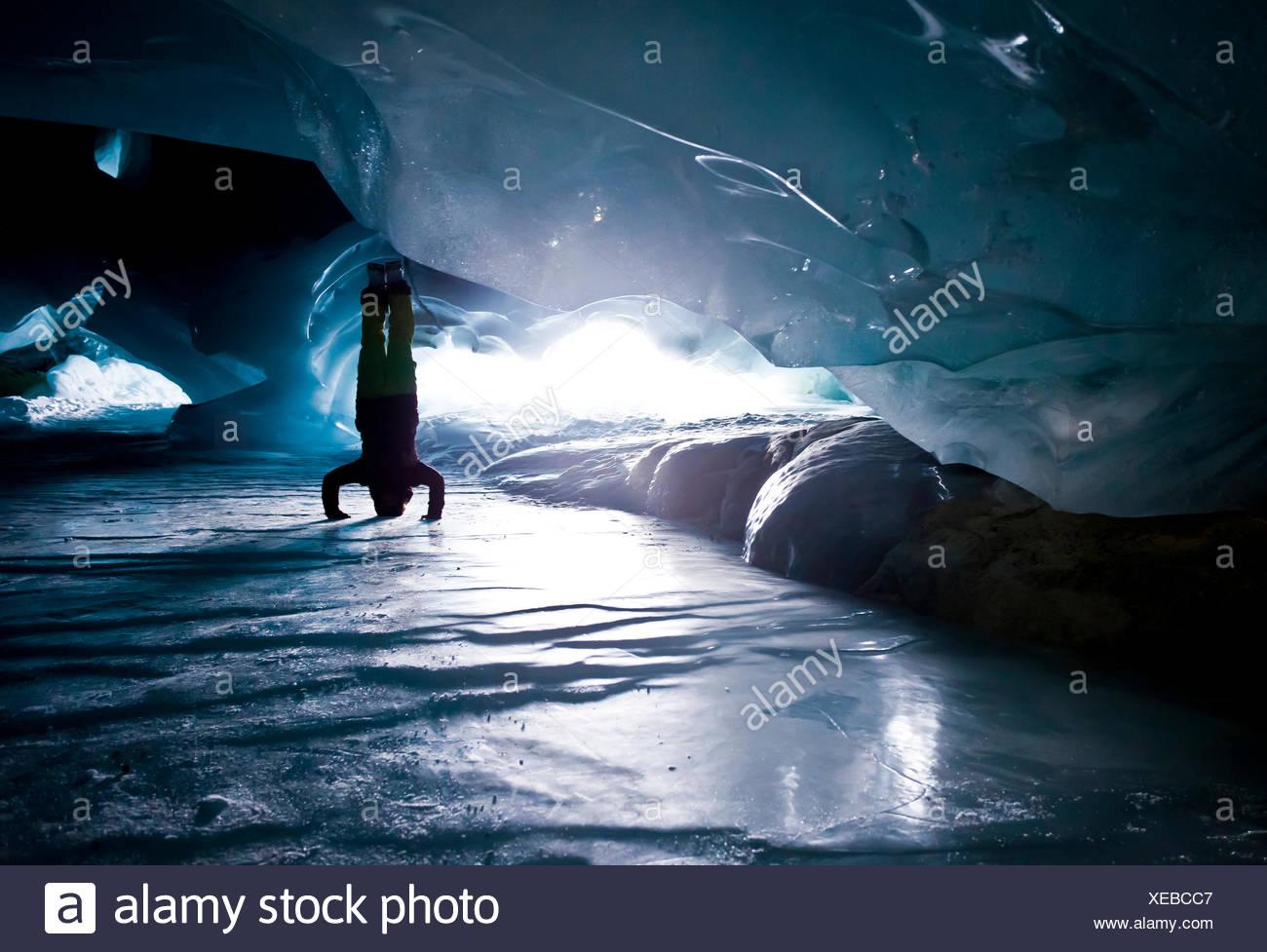 Yoga de la cueva de hielo Foto de stock