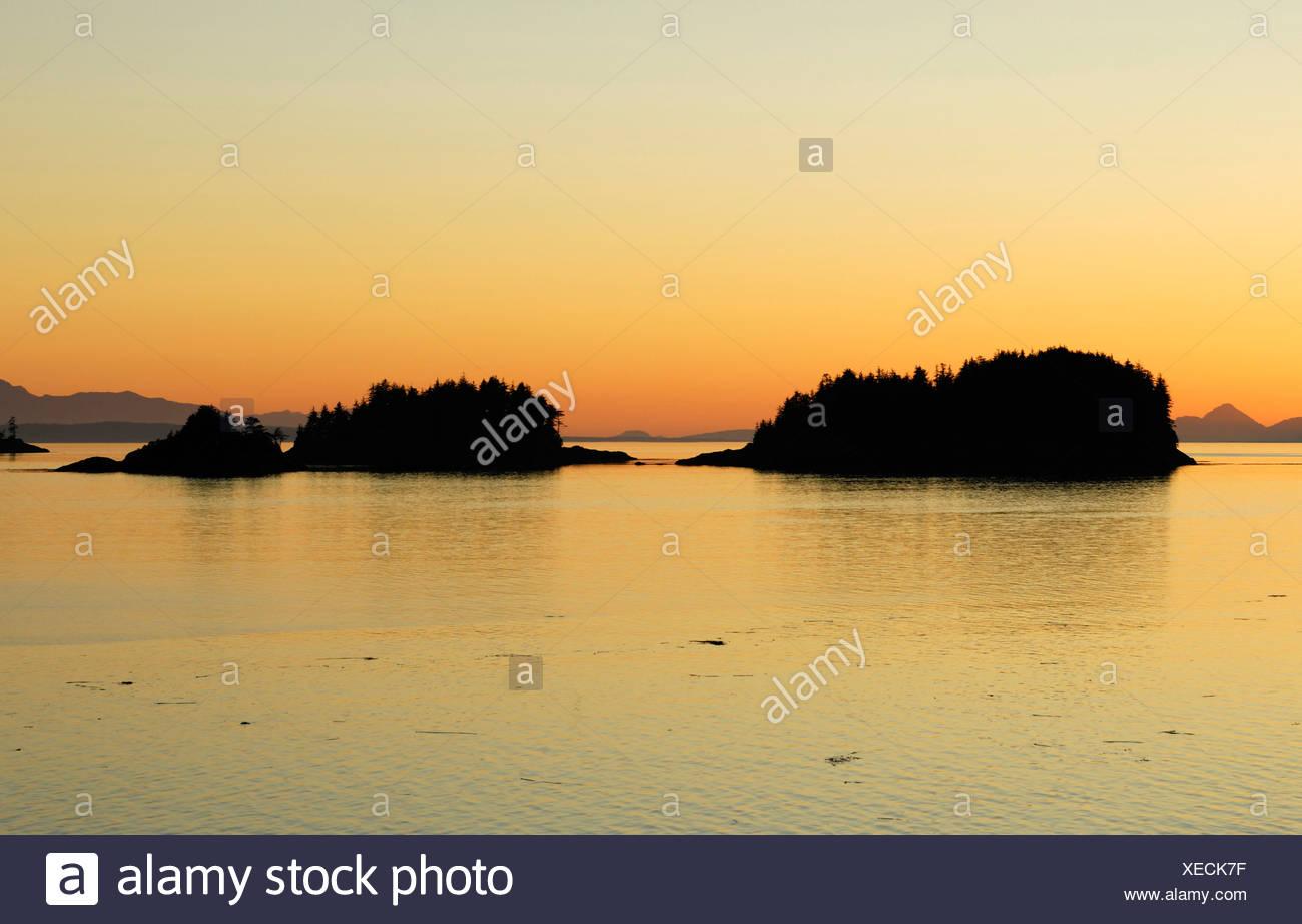 Grupo de islas cerca de Port Hardy antes del amanecer, dentro del pasaje, la isla de Vancouver, Canadá, Norteamérica Imagen De Stock