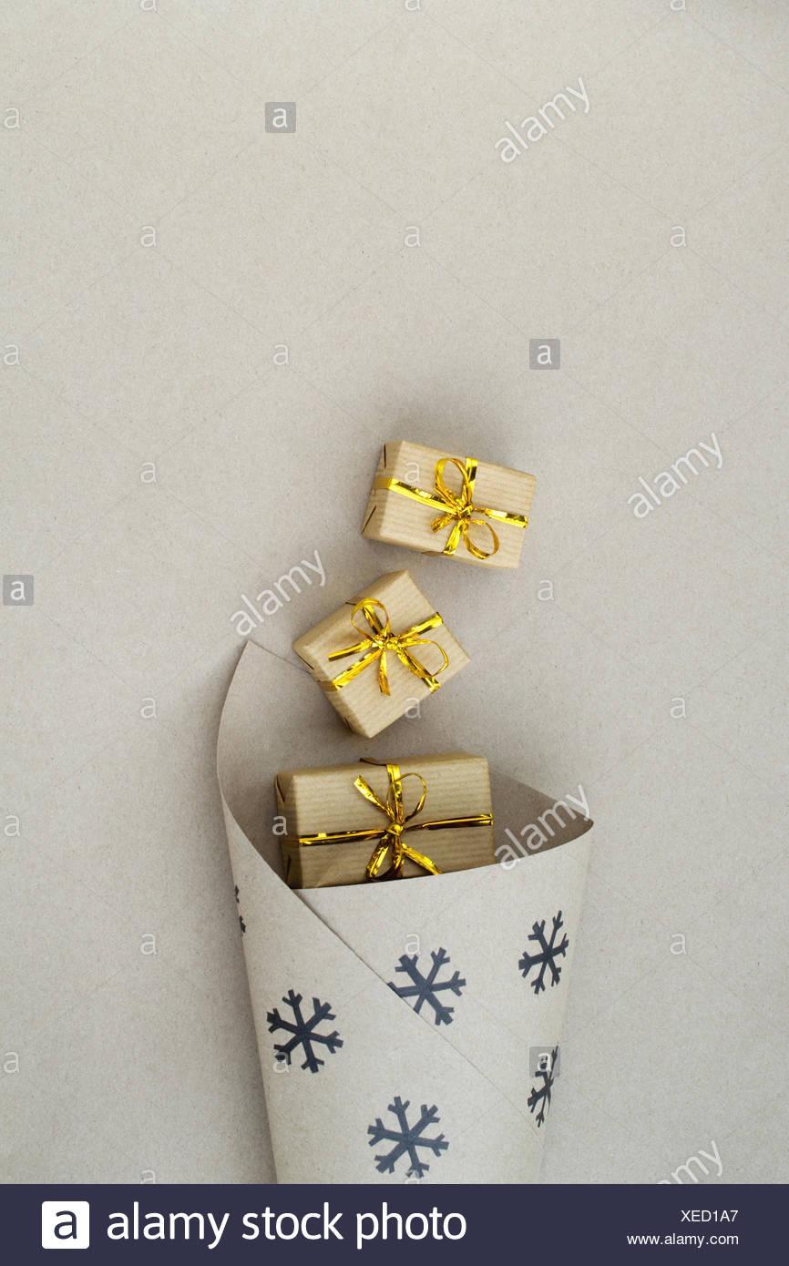 Papel de regalo de navidad con cajas de regalo Imagen De Stock