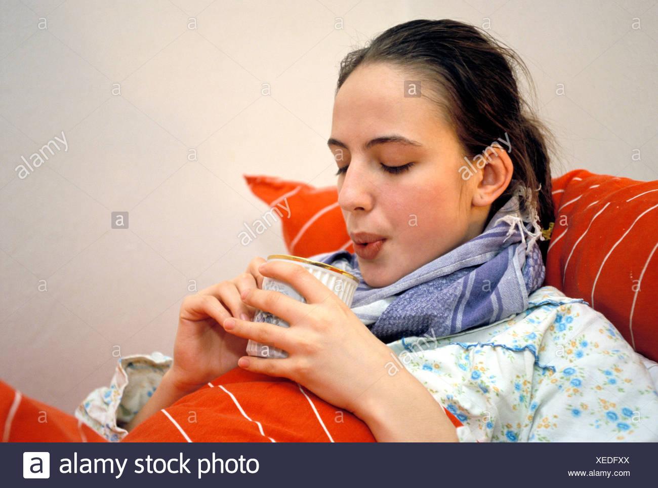 Mujer con frío acostado en la cama Imagen De Stock