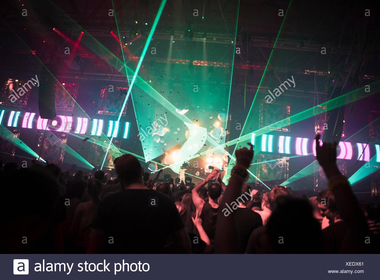 Finlandia, Helsinki, Uusimaa, vítores audiencia en verano Sound Festival Imagen De Stock