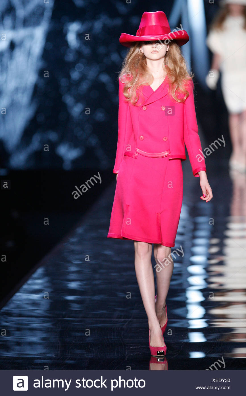 Christian Dior París listo para Otoño Invierno desgaste sobredimensionado y  vistiendo un modelo de color rosa brillante estilo cowboy hat baf65e29edc