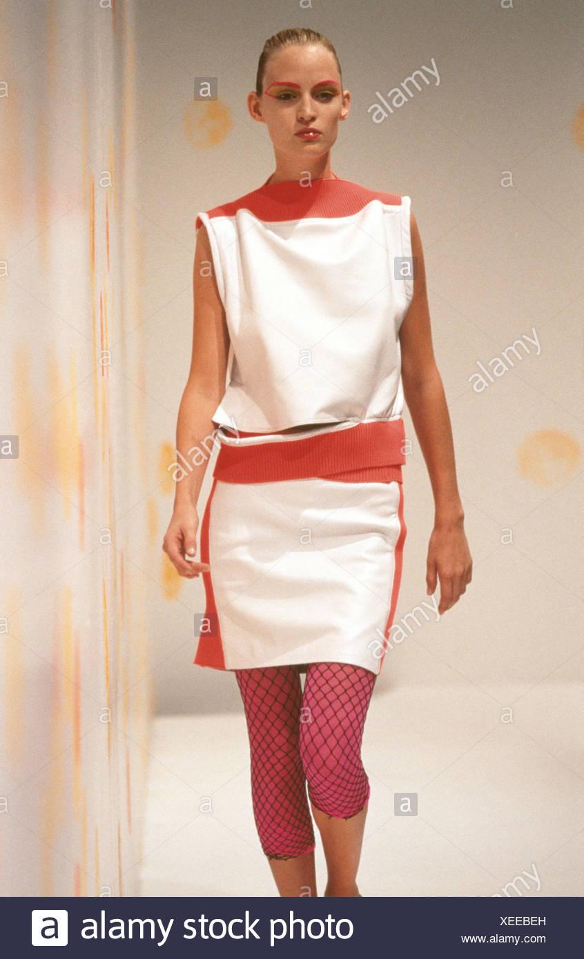 Luella Londres listo para vestir Primavera Verano Modelo Amy Wesson  vistiendo leggings rosa fishnets negro 4f41f28cefc