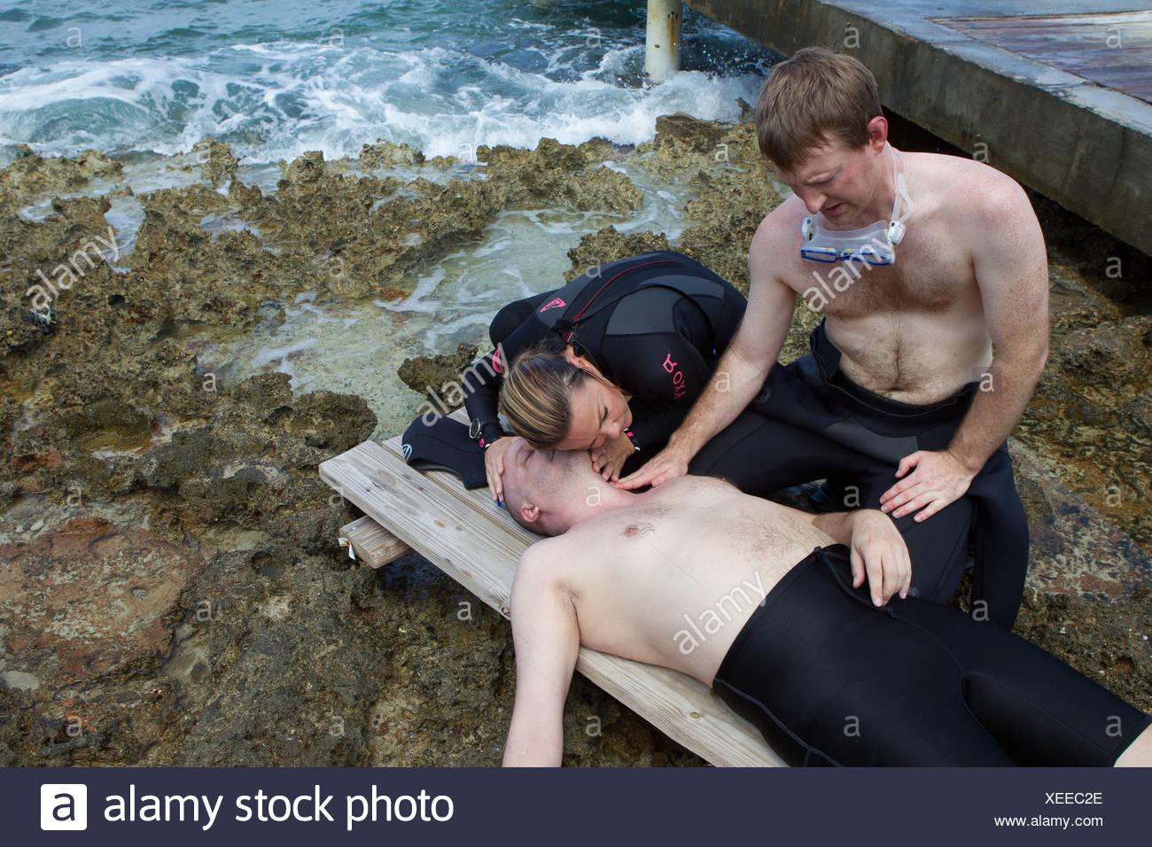 Evaluación de la víctima de accidente de buceo Imagen De Stock