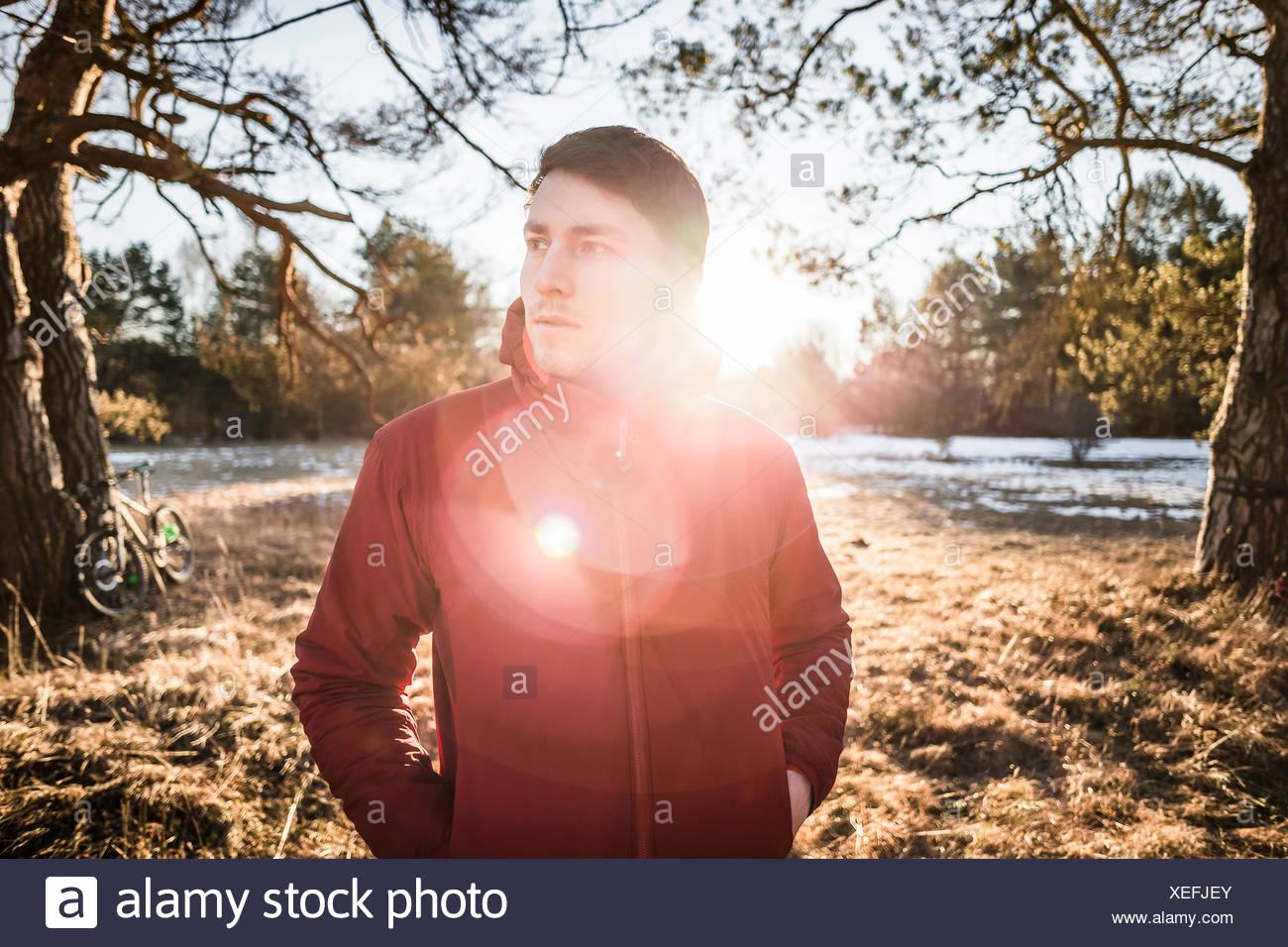 Retrato de macho joven excursionista en el bosque junto al lago Imagen De Stock