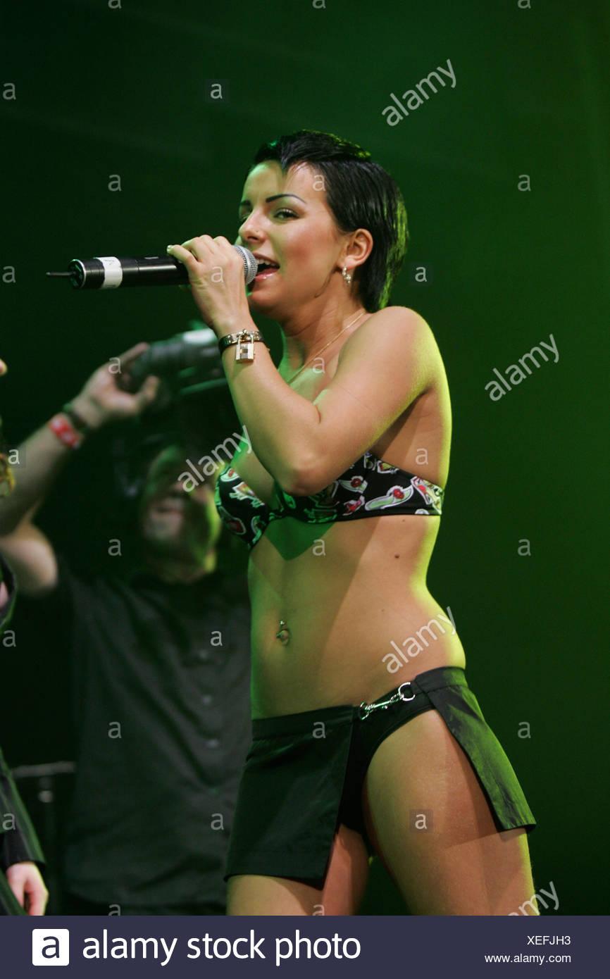 Julia Olegowna Wolkowa, miembro del dúo pop ruso tATu, viven en el Energy Stars for free en el Hallenstadion de Zúrich, Swit Imagen De Stock