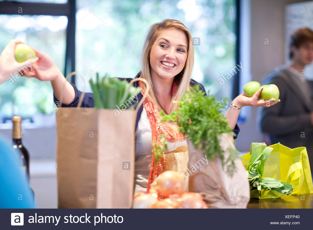 Mujer joven desembalaje comestibles Foto de stock
