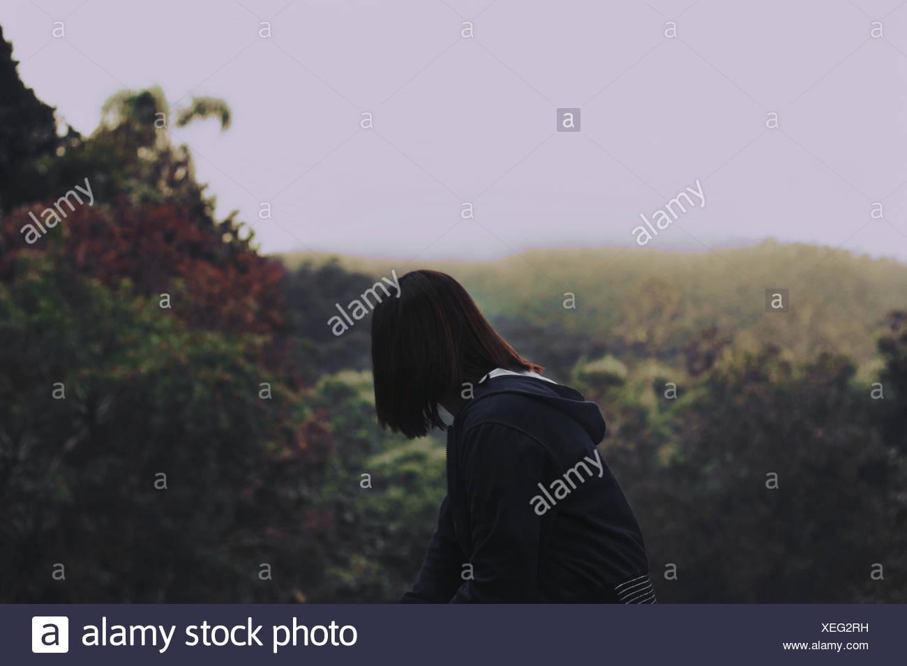 Mujer mirando lejos en estacionamiento Imagen De Stock
