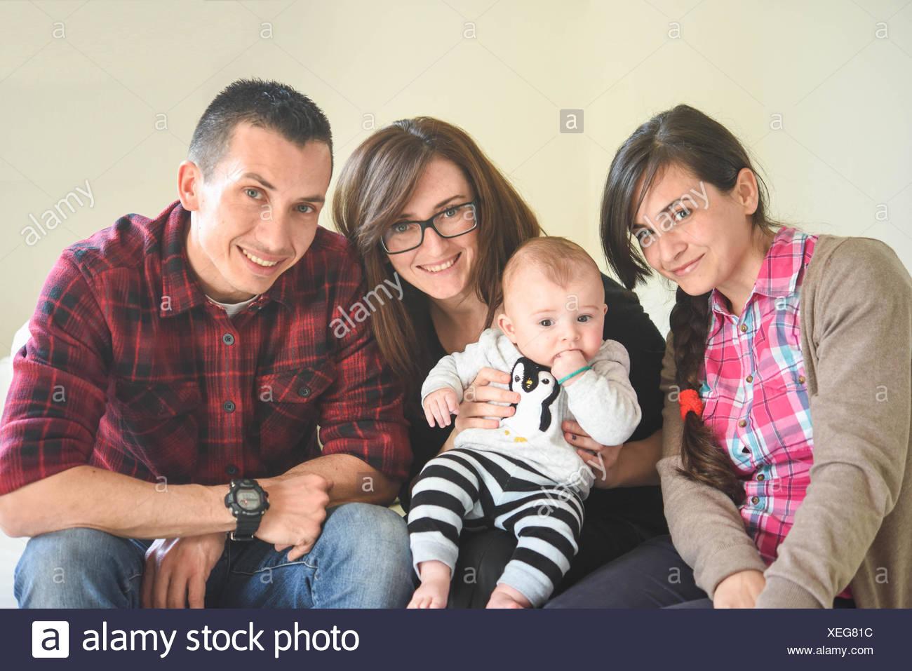 Feliz retrato de dos mujeres, un hombre y un bebé Imagen De Stock
