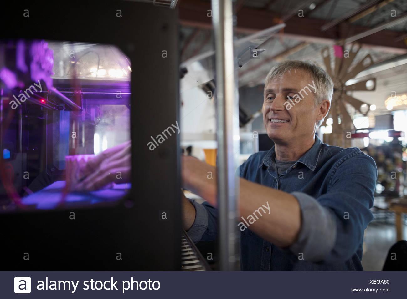 Diseñador masculino mediante impresora 3D Imagen De Stock