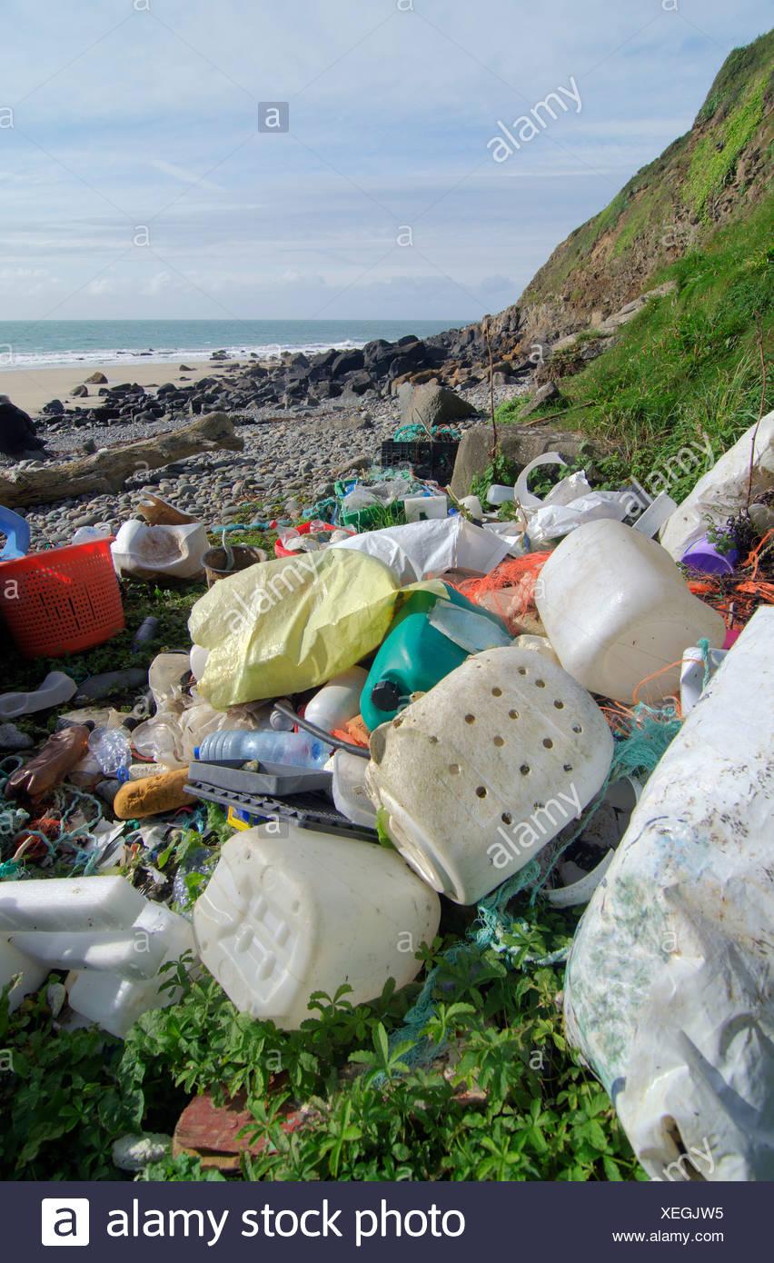 Basura plástica arrojado por el mar Imagen De Stock