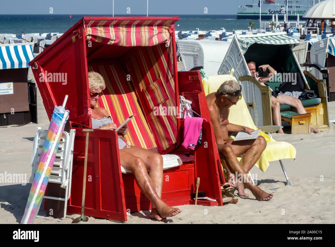 Les personnes âgées, peuple allemand locations sur une plage de la mer Baltique de Warnemunde Allemagne Banque D'Images