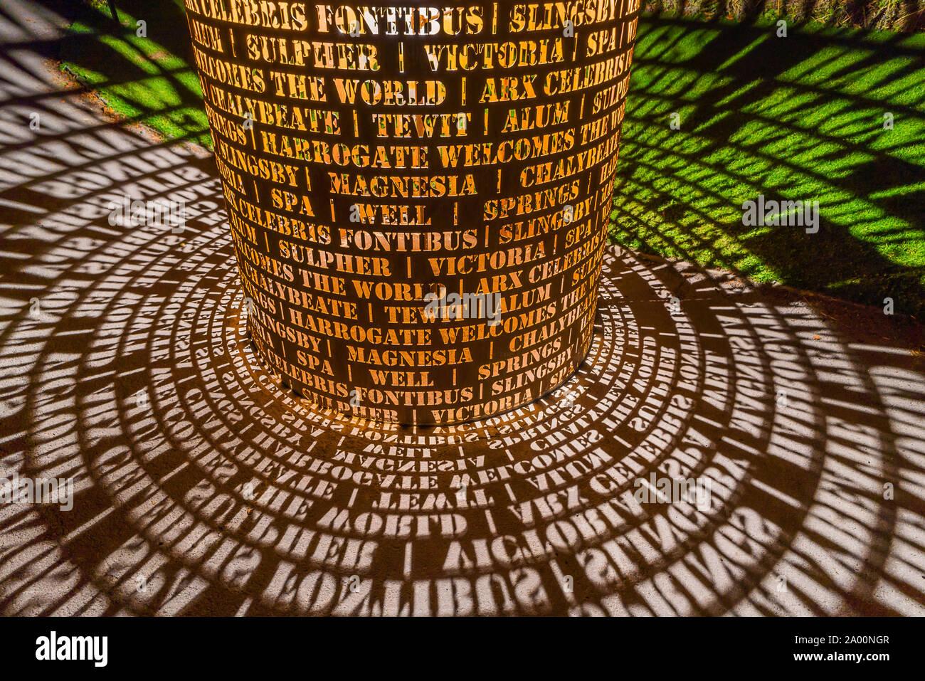 Valley Gardens, Harrogate, Royaume-Uni. 18 Septembre, 2019. Eddie Roberts' sculpture est illuminé la nuit dans la vallée des Jardins, célébrer le patrimoine de la ville et accueille le monde comme l'UCI Championnats du monde ont lieu entre le 21 au 29 septembre 2019 dans et autour de Harrogate North Yorkshire, UK. Credit: pris la photographie lumière/Alamy Live News. Banque D'Images