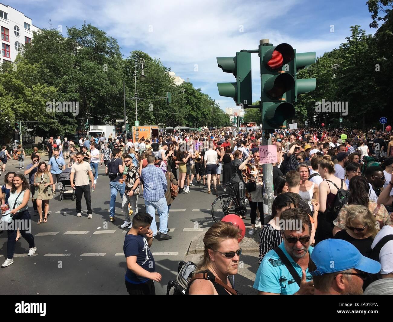 Berlin, Allemagne - le 9 juin 2019: foule assistant à la parade du Carnaval des Cultures (Karneval der Kulturen) - 7 hôtels une musique multiculturelle festival à Kreu Banque D'Images