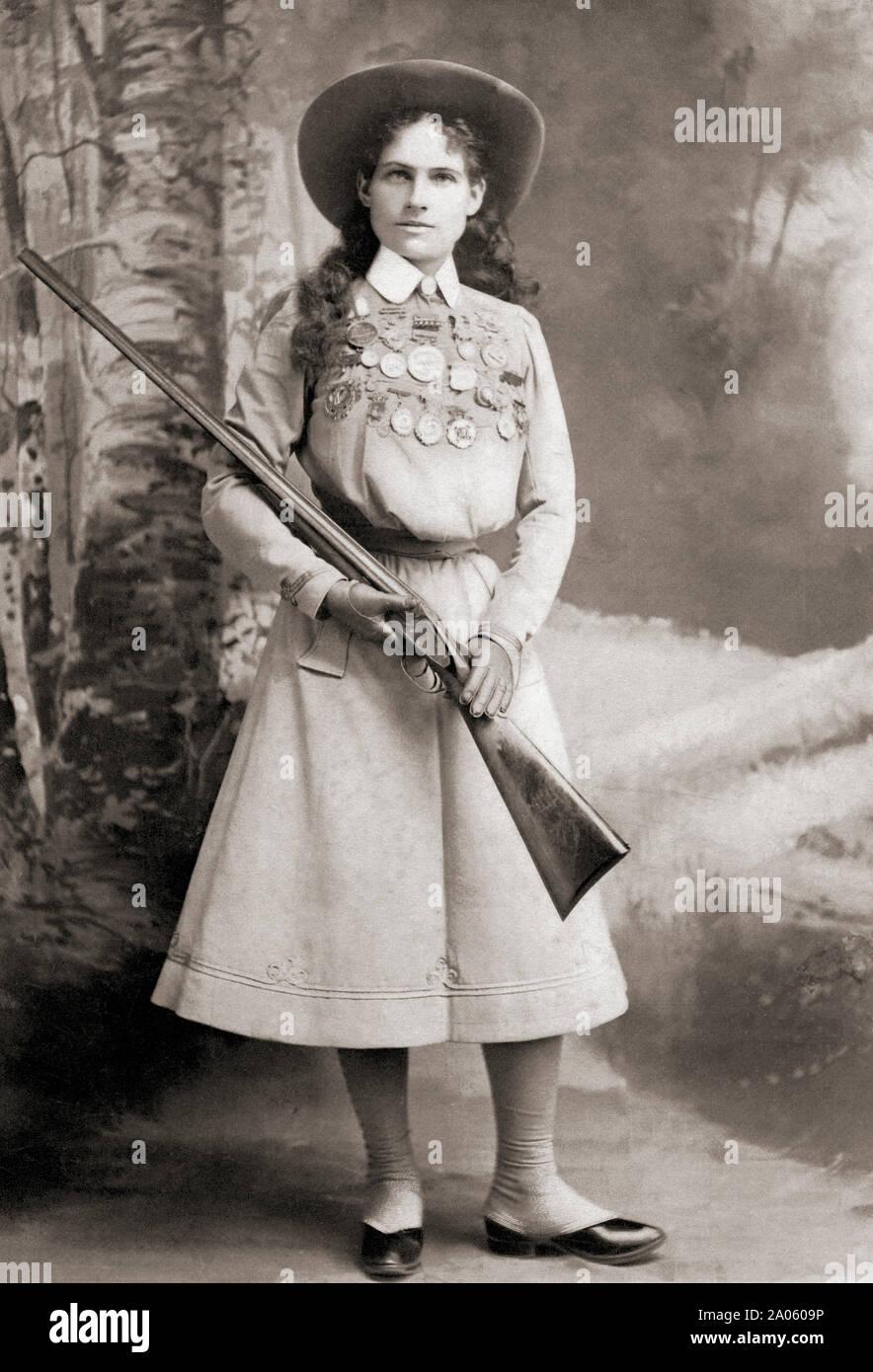 Annie Oakley, 1860 - 1926. Le franc-tireur américain et de l'exposition. Banque D'Images