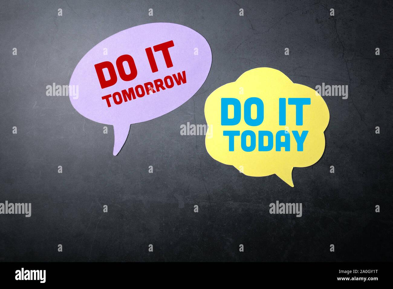 Le faire aujourd'hui ou demain. Bulles sur fond sombre Banque D'Images