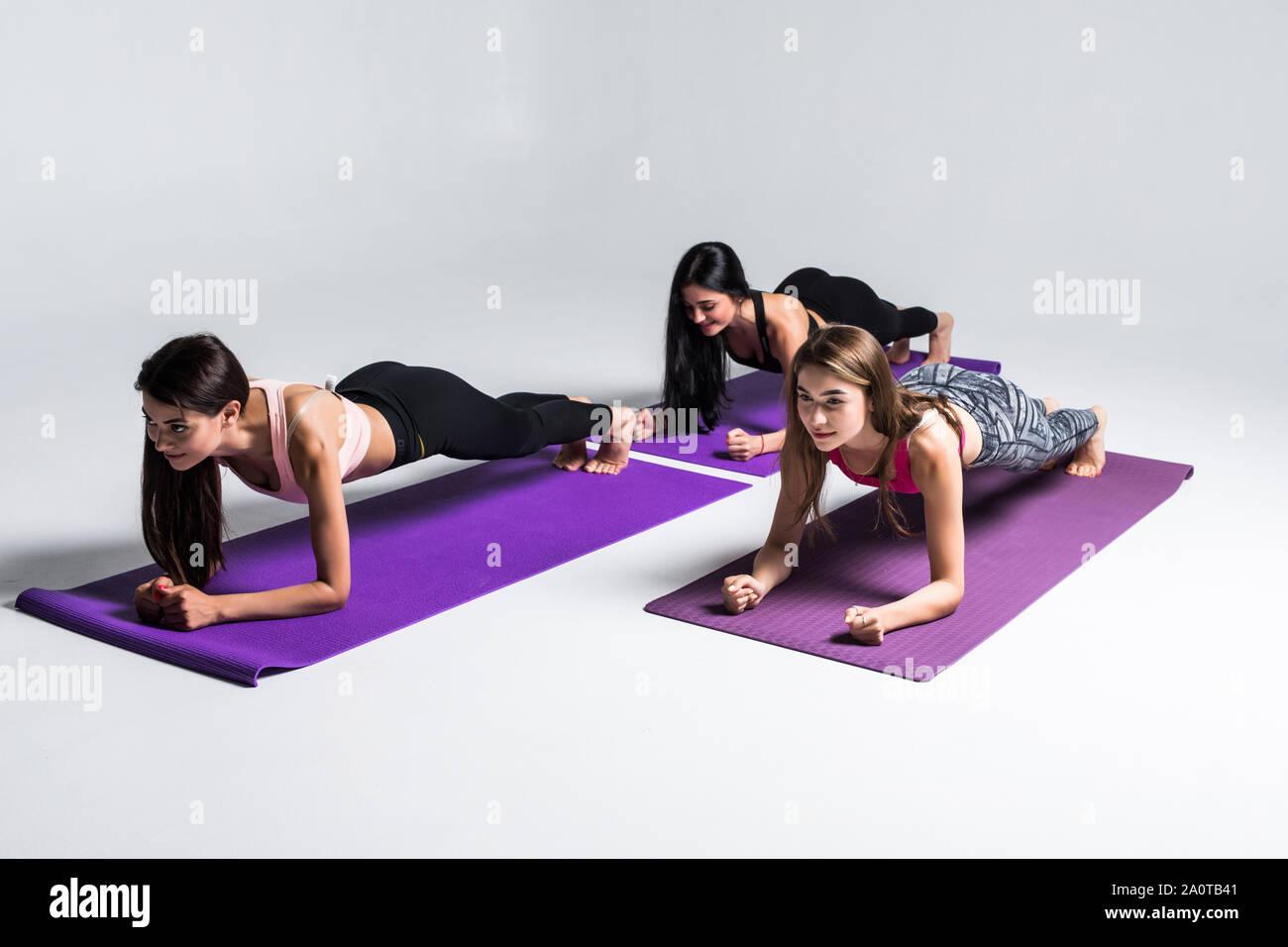 Trois Superbes Filles Faisant Du Sport Exercice Planche Allonge Sur Un Tapis De Yoga En Cours De Conditionnement Physique Photo Stock Alamy