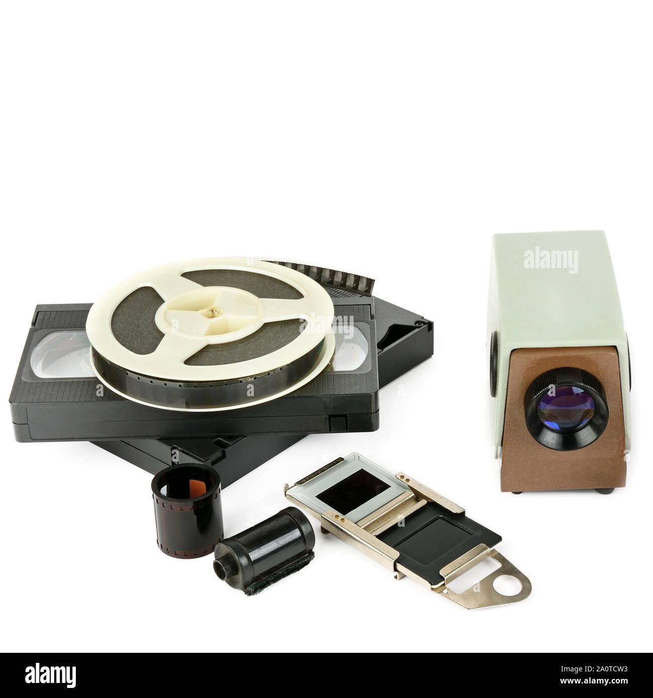 Vieilles cassettes vidéo et vidéo-projecteur avec diapositives isolé sur fond blanc. Espace libre pour le texte. Banque D'Images