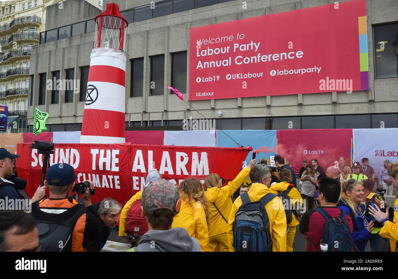 Brighton UK 22 Septembre 2019 - Les membres des groupes de protection de l'environnement extérieur de la rébellion d'extinction de la conférence du parti travailliste qui a lieu au centre de Brighton cette année. Crédit photo: Simon Dack / Alamy Live News Banque D'Images