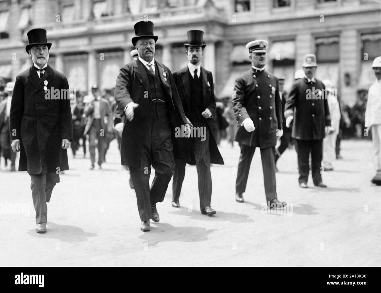 NYC maire William Gaynor et de Cornelius Vanderbilt marcher avec Theodore Roosevelt au cours d'un défilé. Banque D'Images