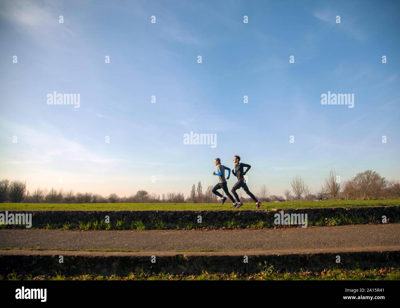 Deux adolescents du jogging dans un parc Banque D'Images