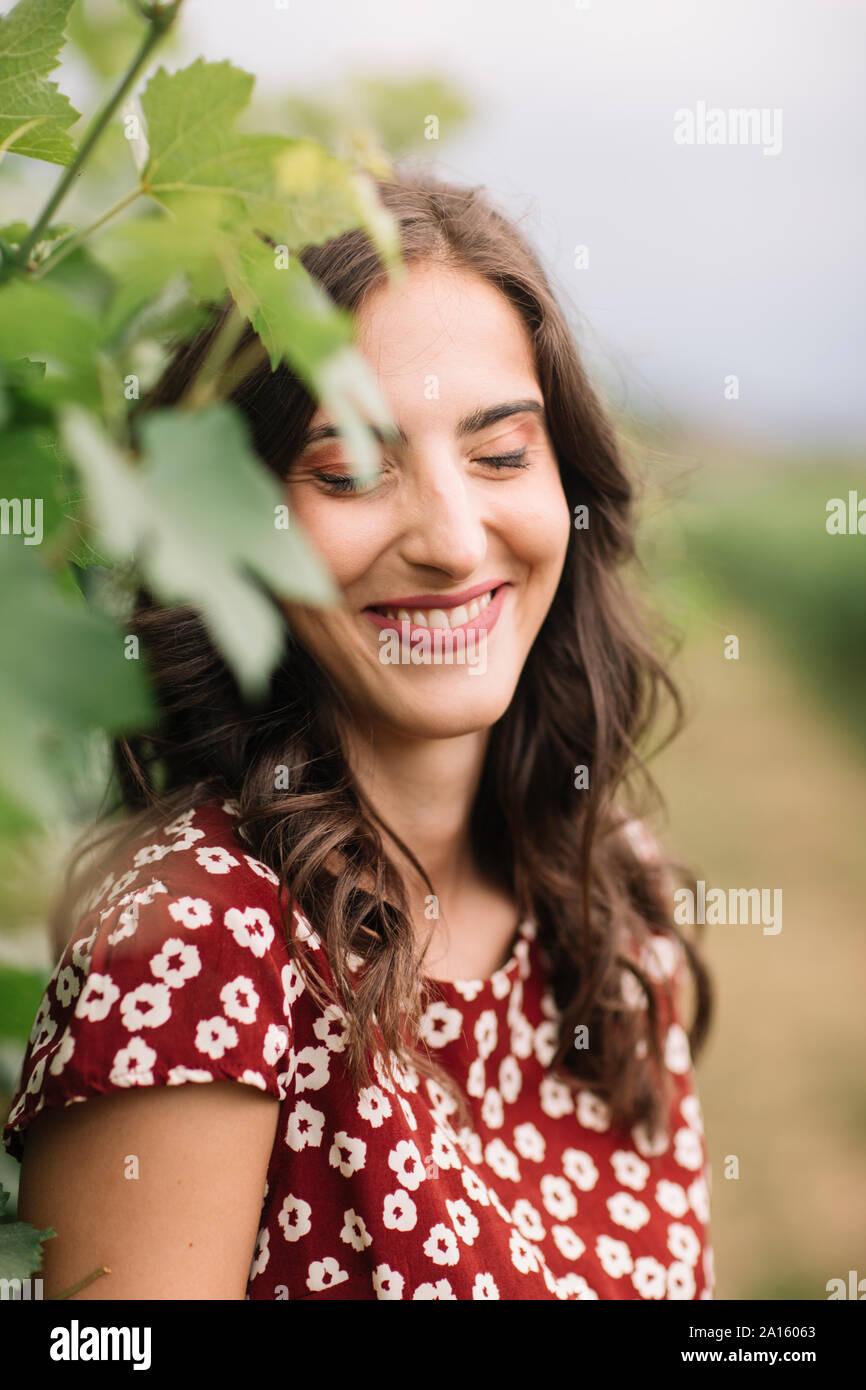Portrait de jeune femme en riant dans les vignes Banque D'Images