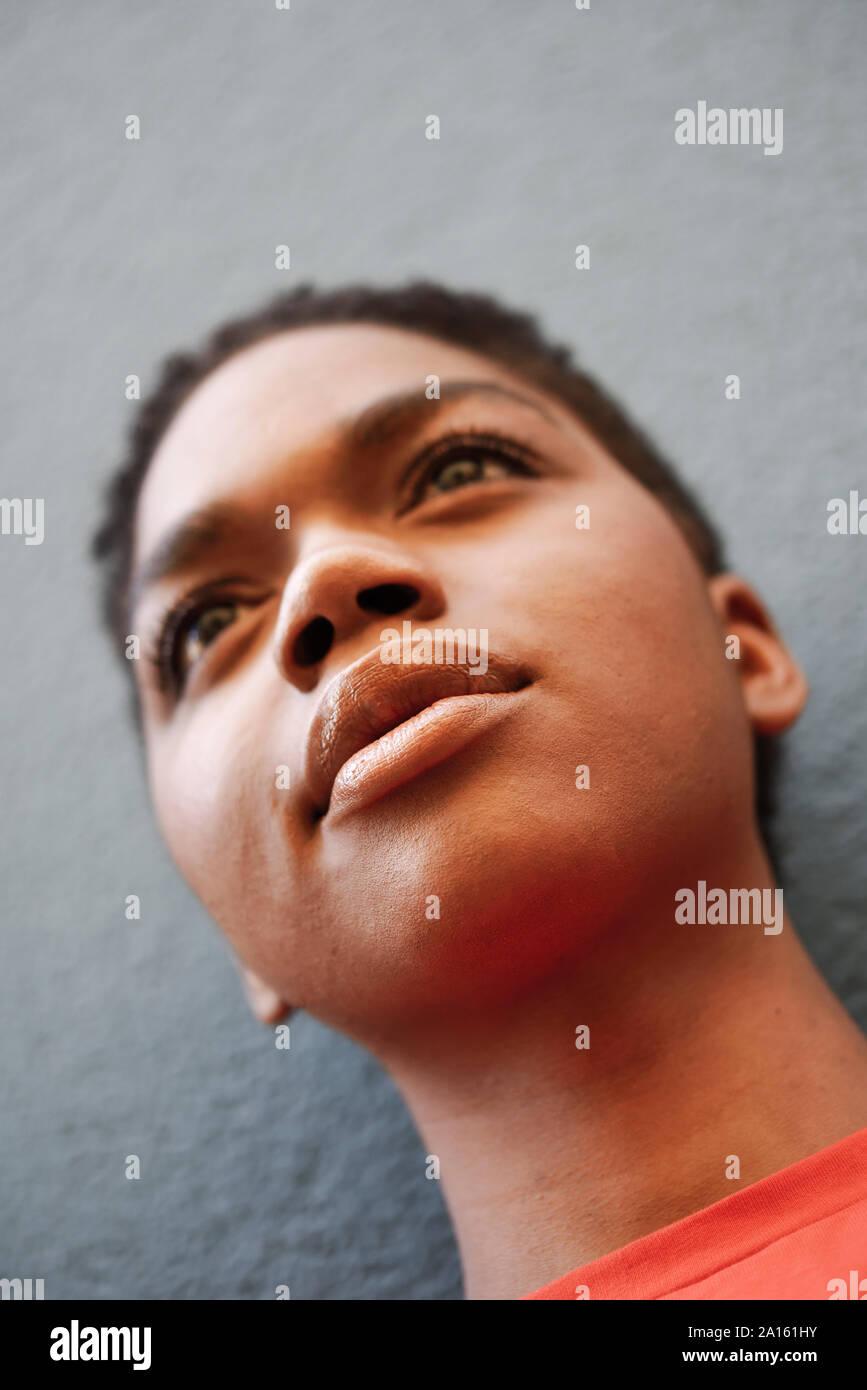 Portrait de jeune femme en face de mur gris, close-up Banque D'Images