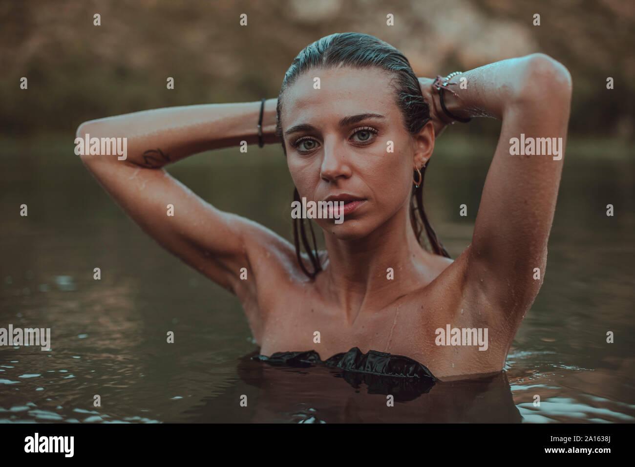 Portrait de jeune femme blonde se baignant dans un lac Banque D'Images