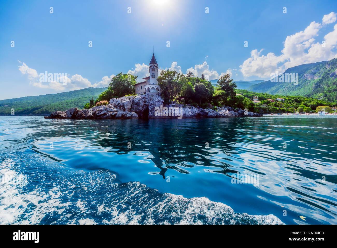 Structure construite en mer côte de Opatija contre ciel sur sunny day Banque D'Images