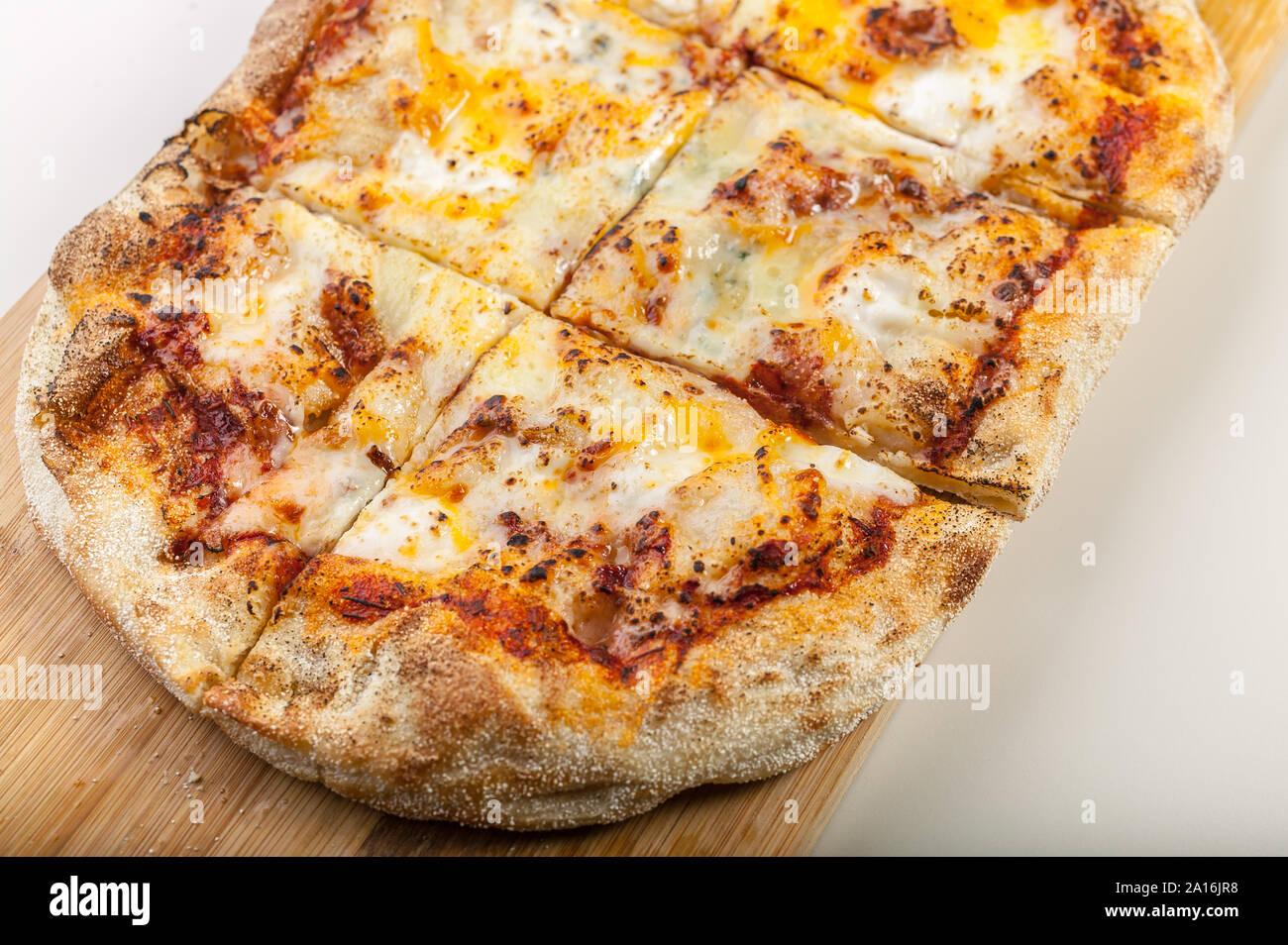 Pizza Quattro formaggi Gros plan sur une planche à découper Banque D'Images