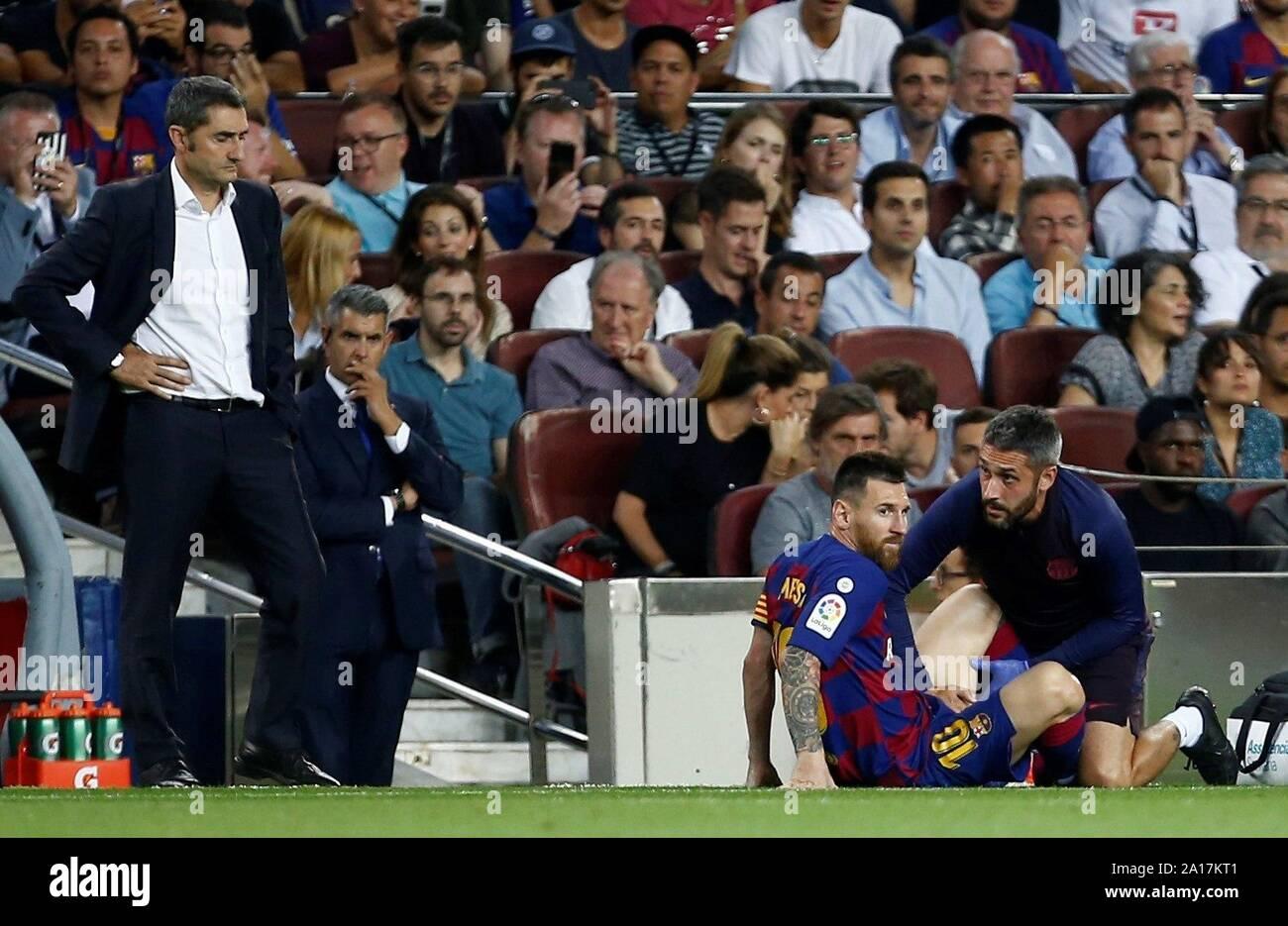 Barcelone, Catalogne, Espagne. Sep 24, 2019. L'avant du FC Barcelona Leo Messi reçoit un traitement médical pendant le match entre l'espagnol LaLiga le FC Barcelone et Villarreal CF au Camp Nou à Barcelone, Catalogne, Espagne, le 24 septembre 2019. L'EFE/ Quique Garcia Banque D'Images