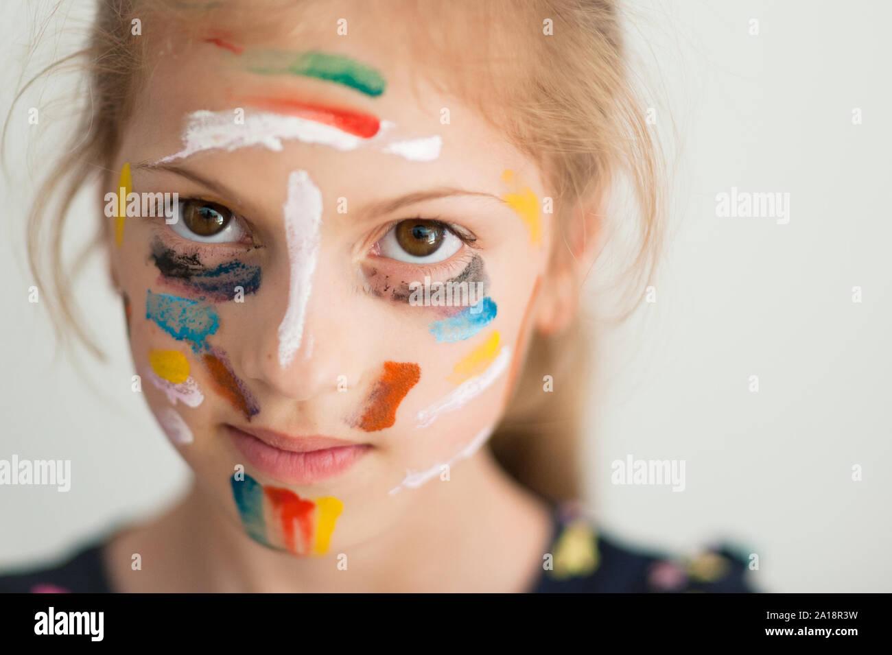 Magnifique portrait de peu caucasian girl face avec sur sa peinture haute en couleur Banque D'Images