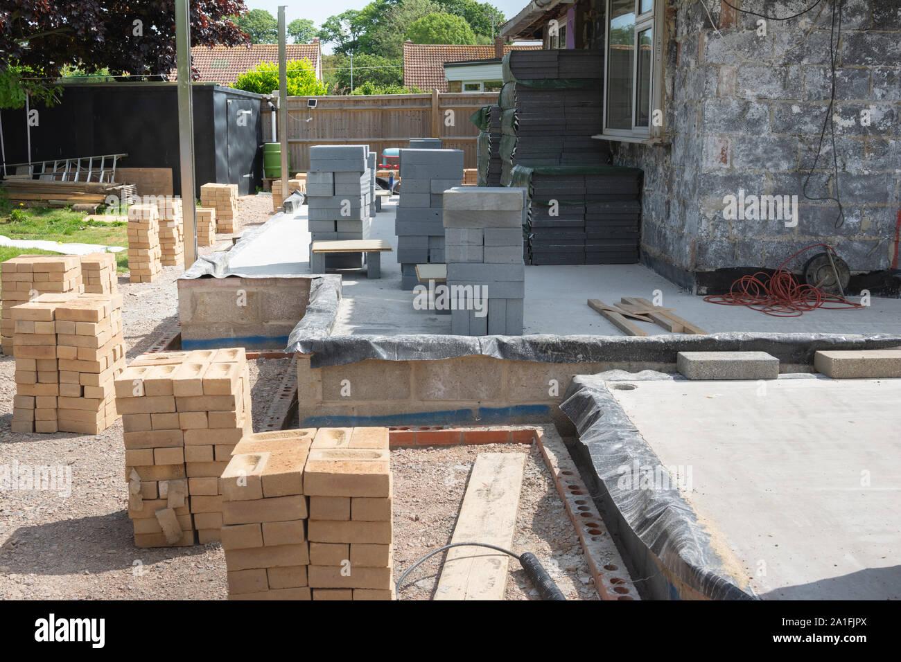 Les projets de rénovation. Construction d'extension de la maison existante, tas de briques et blocs, selective focus Banque D'Images