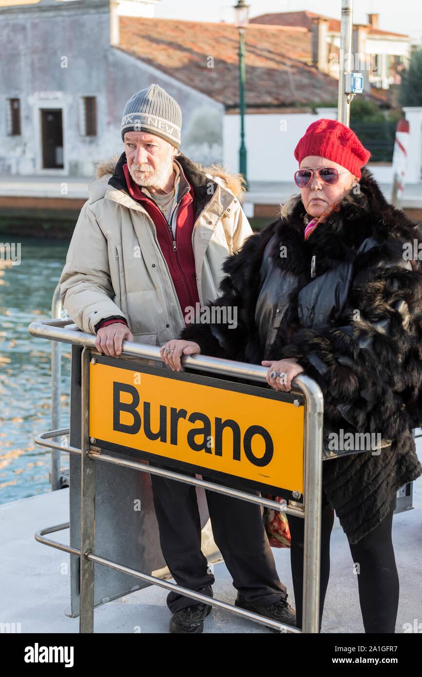 Venise, Italie - 01 septembre 2014: Un homme et une femme sont debout sur le quai de l'île Burano à Venise. Italie Banque D'Images