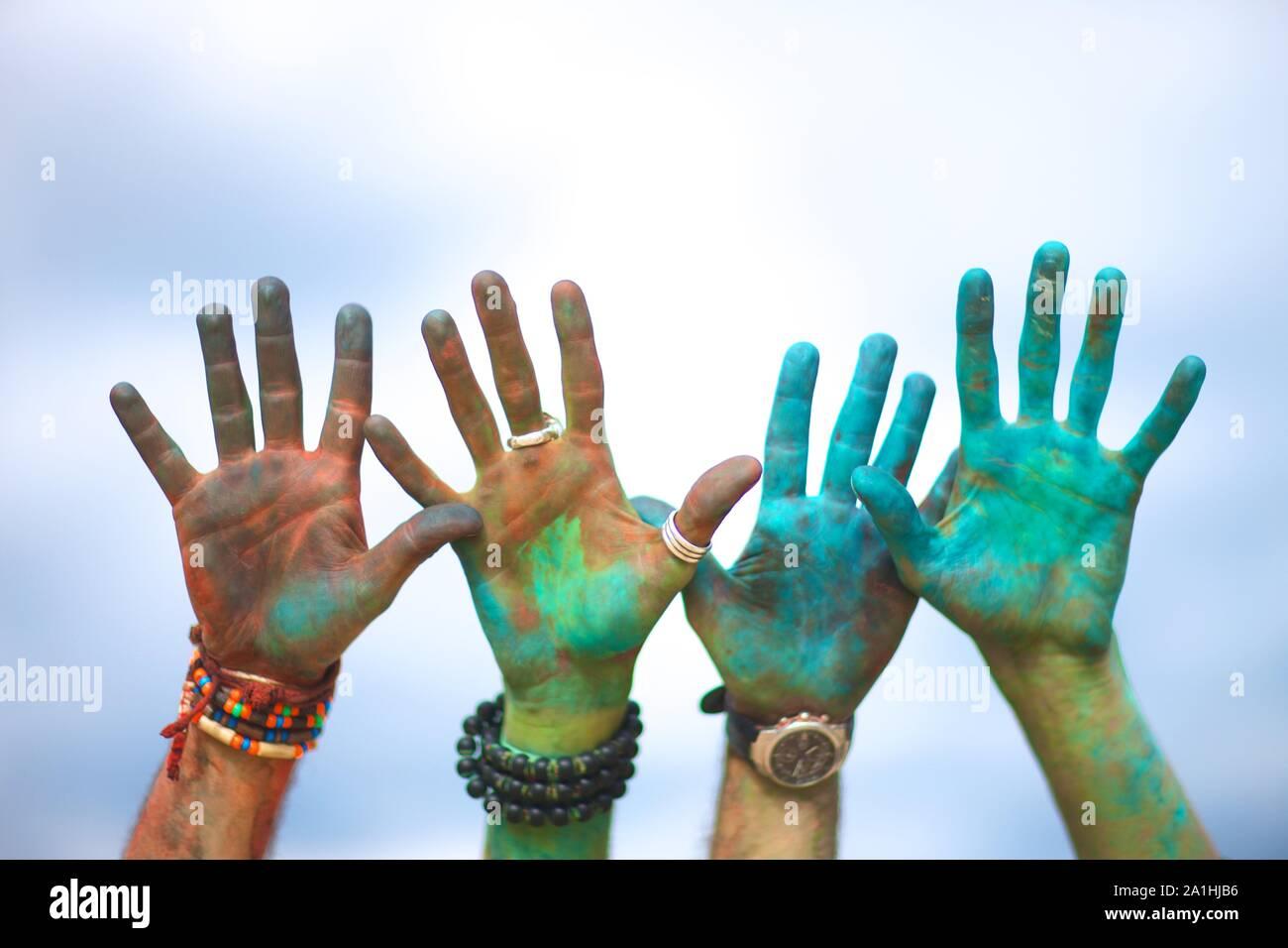 Mains de clowns à l'Indian Festival des couleurs Holi Banque D'Images