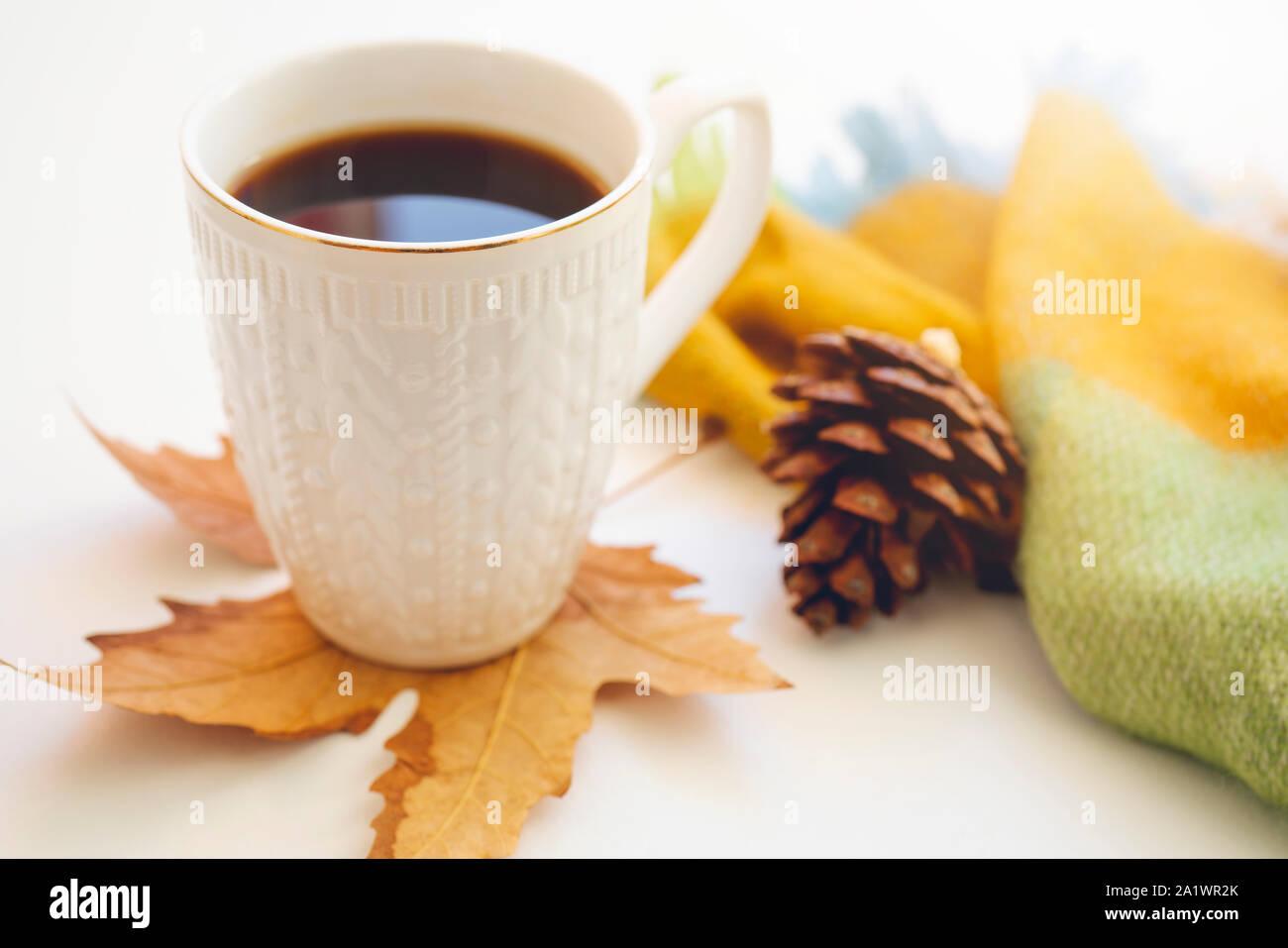 Composition d'automne fond concept. La tasse de café noir, avec l'automne les feuilles lumineuses, des pommes de pin blanc sur fond rustique Banque D'Images
