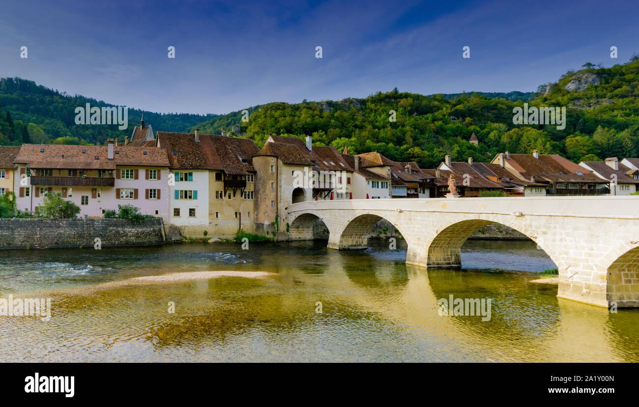 Saint Ursanne, Jura / Suisse - 27 août 2019: la Suisse historique et pittoresque village de Saint-Ursanne sur le Doubs Banque D'Images