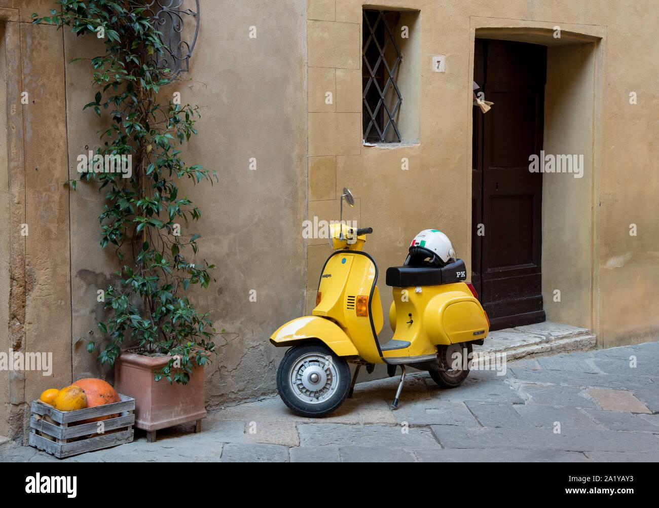 Jaune brillant à l'extérieur d'une moto élégante maison traditionnelle Italienne Banque D'Images