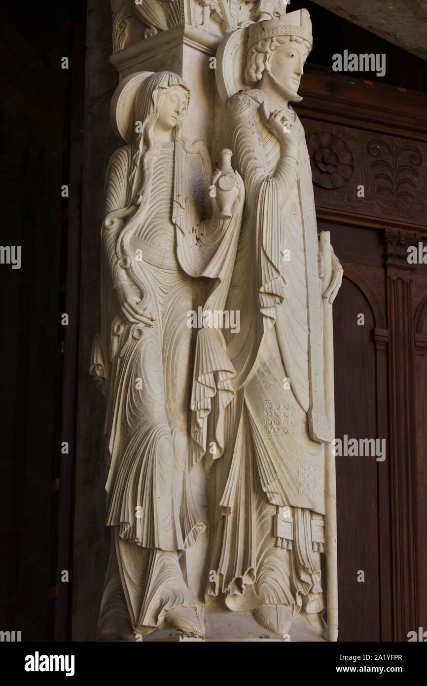 Saint Lazare et ses deux sœurs Marthe et Marie Madeleine représenté sur le portail ouest de la cathédrale d'Autun (Cathédrale Saint-Lazare d'Autun) à Autun, Bourgogne, France. L'origine romane datée du 12ème siècle a été remplacée par une copie au 19e siècle. Banque D'Images