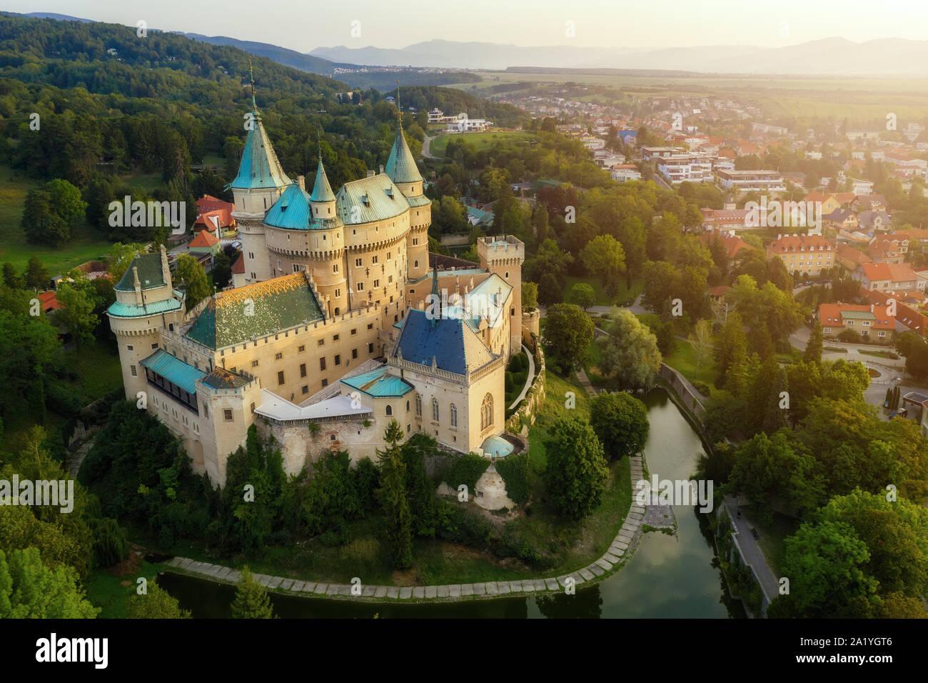 Vue aérienne de Bojnice château médiéval, l'UNESCO patrimoine mondial en Slovaquie. Château romantique avec des éléments gothiques et de la Renaissance construit au 12e siècle. Banque D'Images