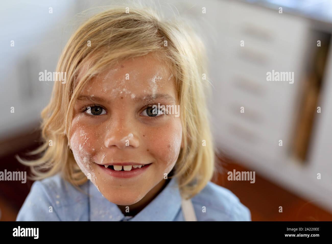 Boy making Christmas cookies à la maison Banque D'Images