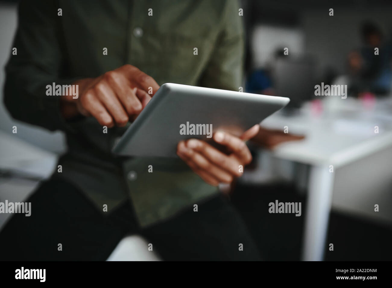 Close-up of woman's finger touching screen d'une tablette numérique à l'office Banque D'Images