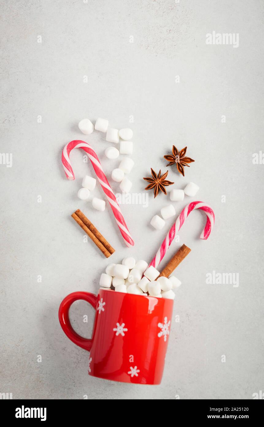 Noël Nouvel An ou concept. Composition avec des guimauves et des cannes de bonbon sur un fond de béton gris. Haut de la vue, télévision lay, copiez l'espace. Banque D'Images