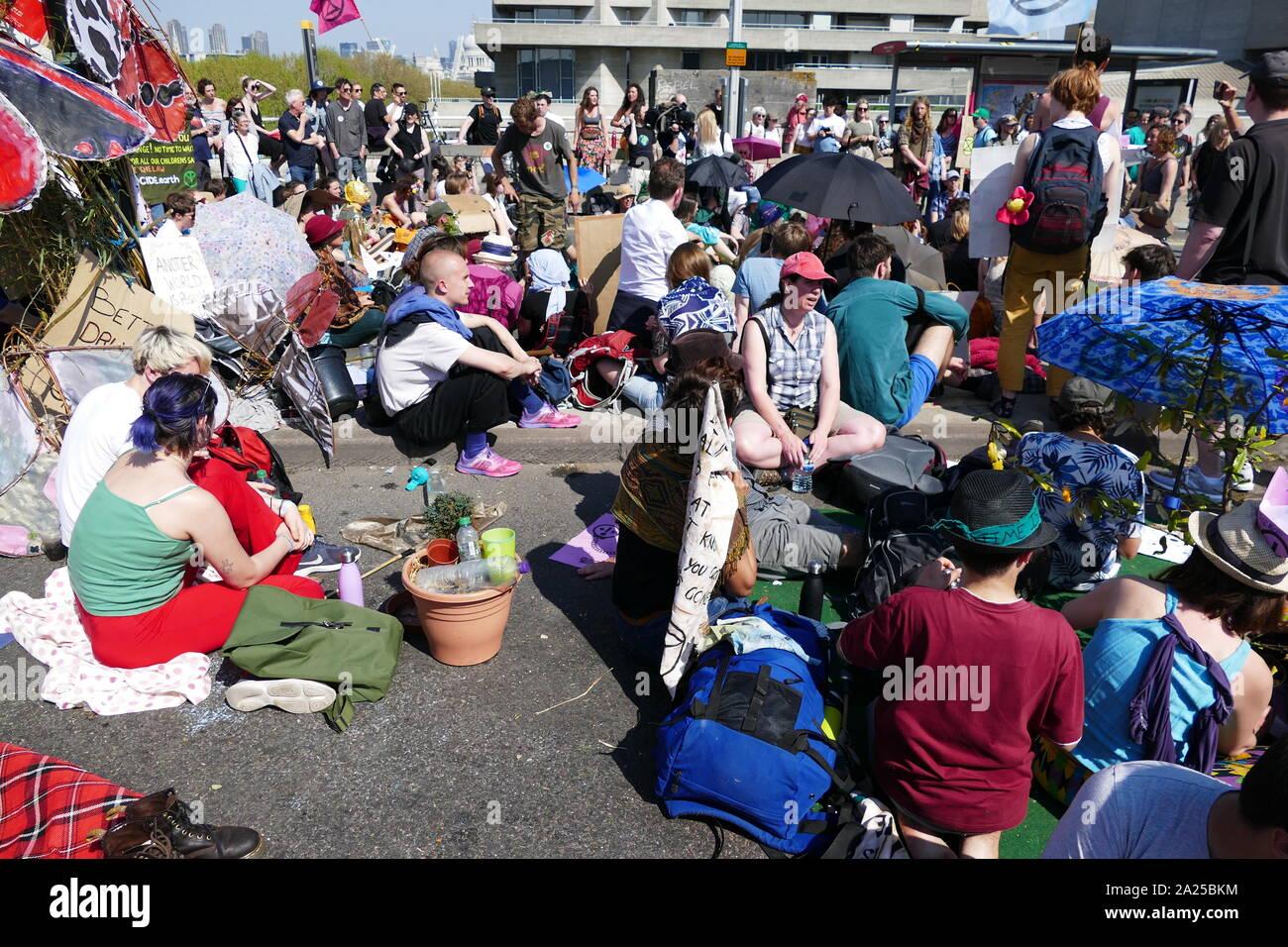 Rébellion d'extinction les changements climatiques manifestants protester de façon pacifique, par occcupying Waterloo Bridge, à Londres. 20 avril 2019 Banque D'Images
